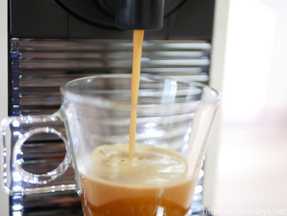 ネスプレッソでエスプレッソコーヒーを抽出している